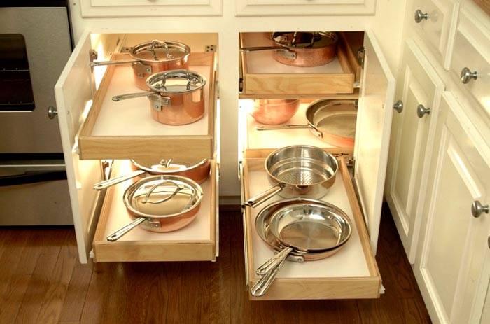 Современные кухонные гарнитуры оснащены удобными системами хранения и выдвижными корзинками