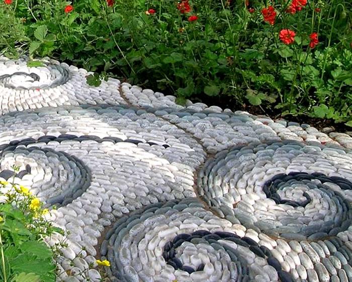 Экспериментируя с узорами и цветом камней и брусчатки можно создать своими руками настоящее произведение искусства, которое прослужит не одно десятилетие