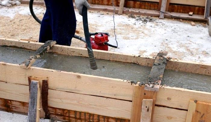 Трамбовка бетона вибратором