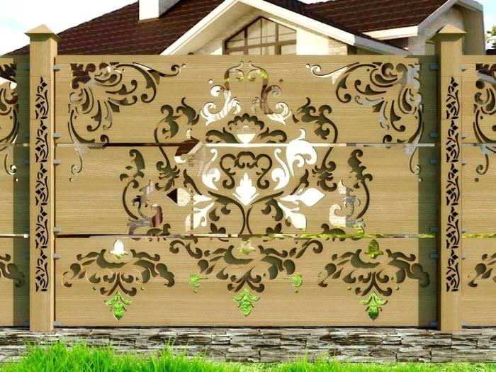 Дерево – самый распространенный материал для изготовления крытой ограды в частном доме.