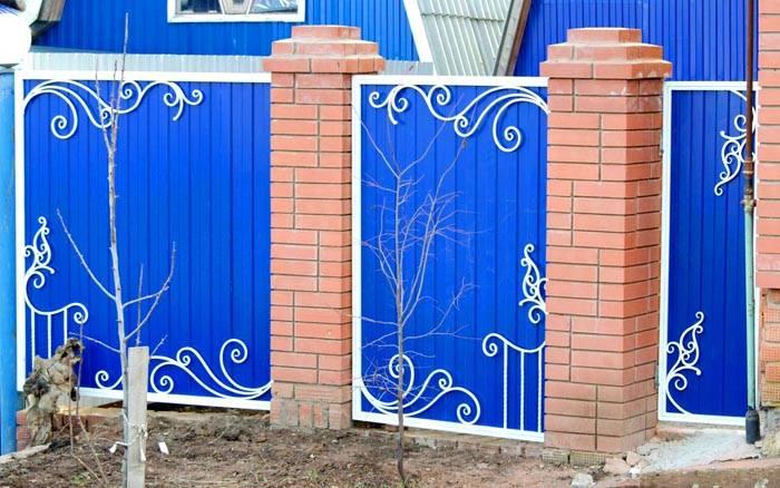 Кружевной орнамент из металла будет привлекать внимание и сделает обычную ограду неповторимым изделием