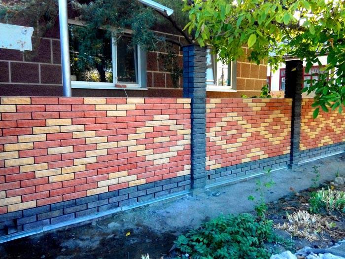 Хорошо смотрится использование в оградах декоративного кирпича. С его помощью можно создавать настоящие мозаичные узоры