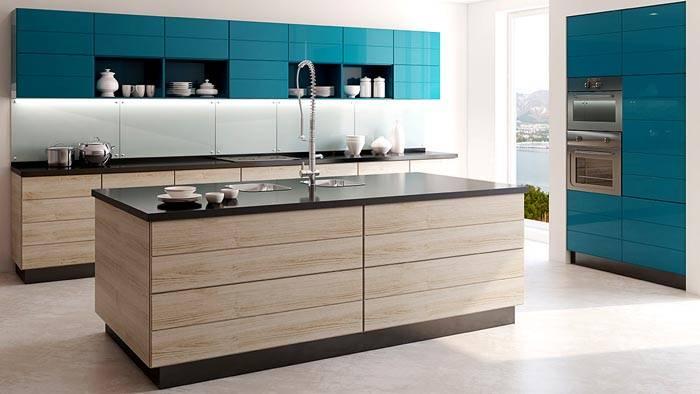 Строгая кухня дает ощущение чистоты. Все полки и кухонные гаджеты скрываются за глянцевым фасадом, на виду остаются лишь пара-тройка декоративных элементов