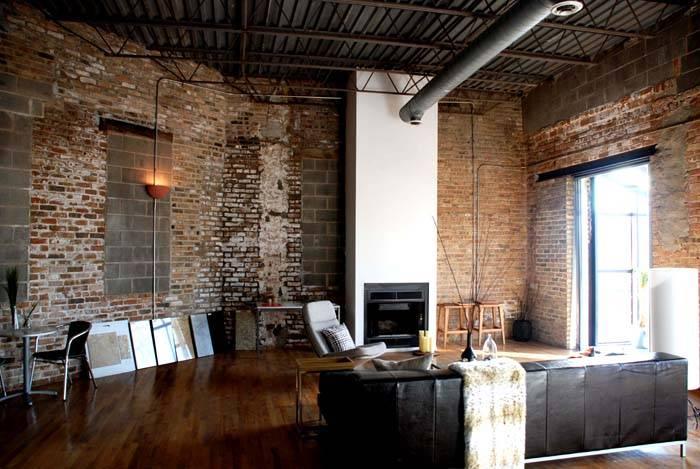 Интерьер в индустриальном стиле может дополняться всевозможными атрибутами комфорта