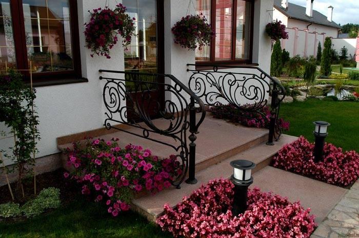 Место непосредственно перед домом – самое выгодное для посадки цветов. Они все время будут на виду