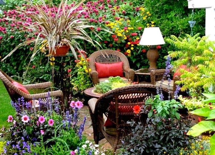 Красивые цветущие растения непременно должны располагаться и в зоне отдыха
