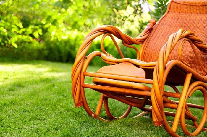 Красивые частные сады в стиле Прованс не могут обойтись без плетеной мебели. Уютная кресло-качалка очень понравится всем домочадцам