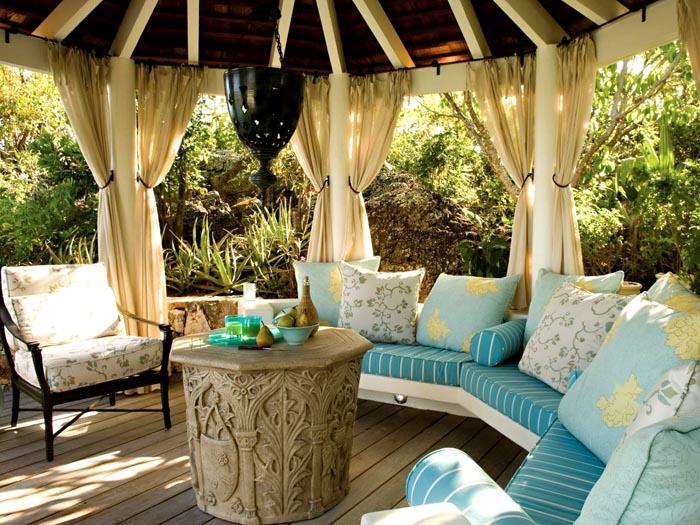 Дизайн двора частного дома с беседкой в средиземноморском стиле