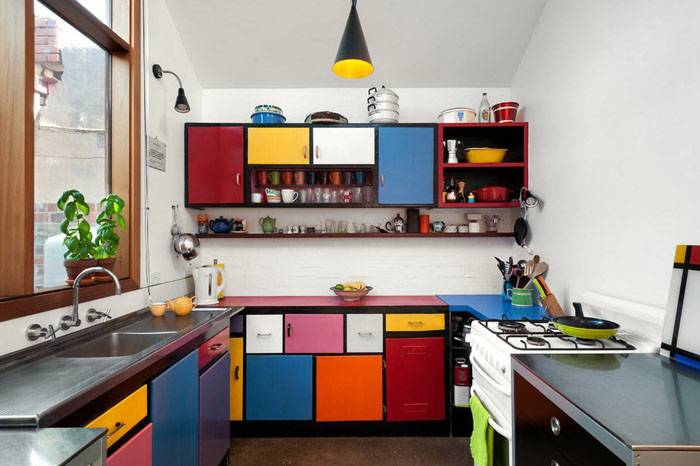 Если вы скучаете по ярким краскам и непременно хотите использовать их в интерьере, выберите один цвет-доминант. Он объединит все пестрое многообразие