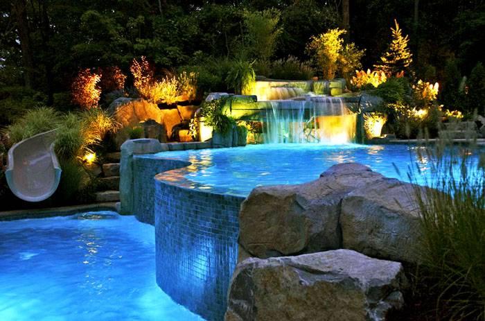 Подсветка водоема – важный элемент ландшафтного дизайна. Фонарики, отражающиеся в воде или светодиодная лента, уложенная на дно – любой вариант будет шикарно выглядеть в ночное время