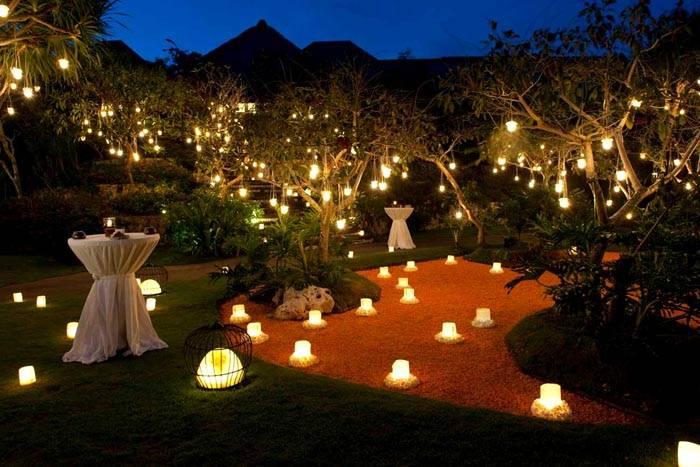 Украшаем двор с помощью светильников и фонарей. Вечером ваших гостей поразит удивительный пейзаж