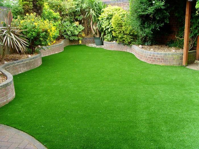 Аккуратный газон перед домом – характерная деталь современных дворов