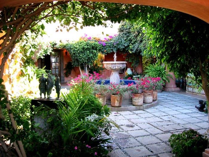 Красивый и уютный дворик с патио – место для релаксации