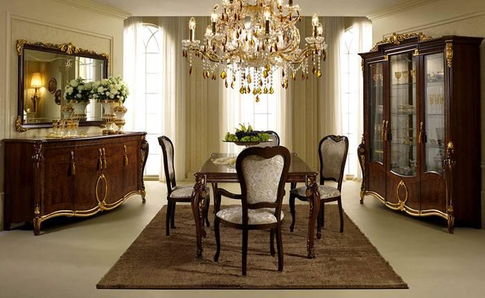 Обеденный стол с мягкими стульями – центральный элемент интерьера