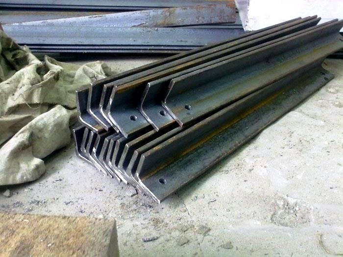 Опоры можно сделать самому из металлического уголка