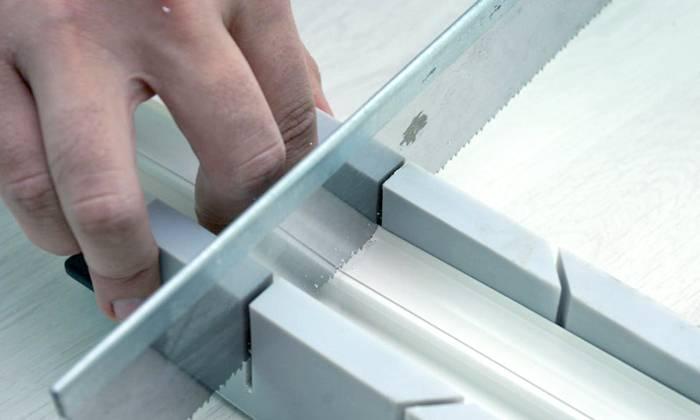 Перед монтажом пластиковые конструкции часто требуется распилить
