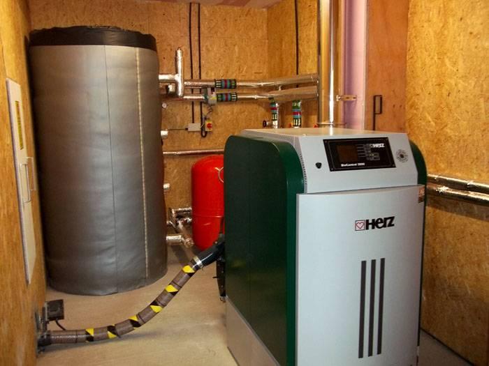 Приборы на твердом и жидком топливе используются, если дом расположен вдали от магистрального газопровода и мощность электросети не позволяет подключить электрический котел