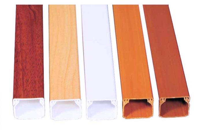В зависимости от интерьера помещения и используемого цветового решения выбирается цвет коробов для проводки