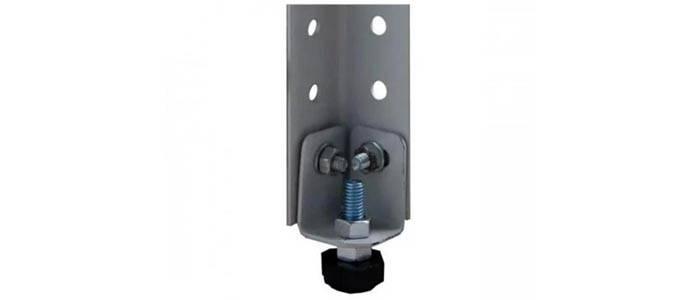 Такие подпятники можно регулировать по высоте. Их применяют для точного выравнивания конструкций на неровных напольных покрытиях