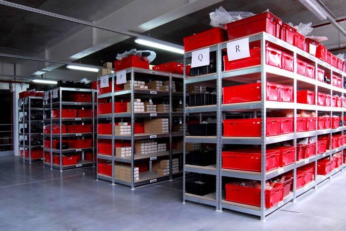 Для хранения мелкой продукции складские стеллажи металлические сборные дополнят специальной тарой