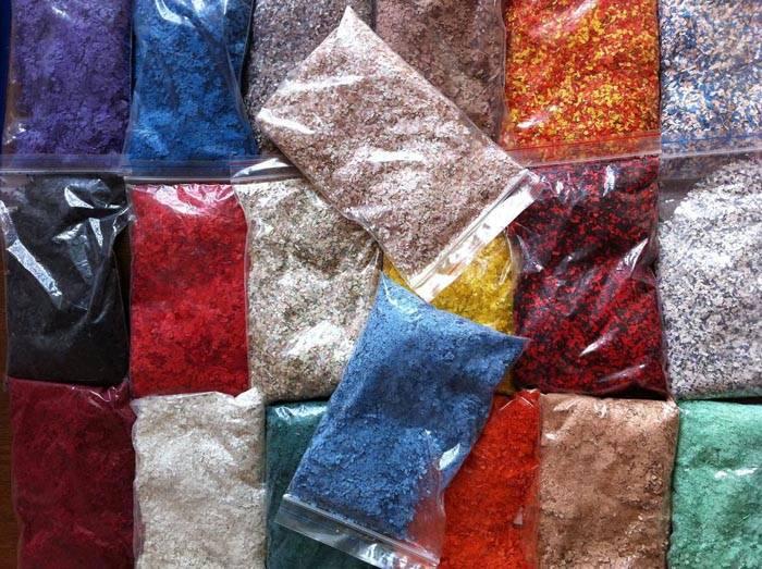 Цветовая палитра материала очень богатая. Можно подобрать однотонное покрытие или пестрое, комбинировать разные цвета в рисунках и рельефном покрытии.