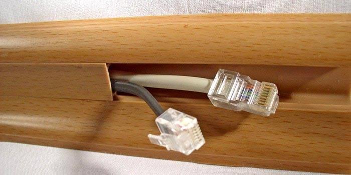Установка настенного канала с проводами