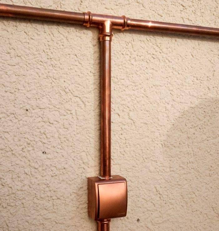 Декоративные кабель каналы с круглым сечением из бронзы используются под определенное цветовое оформление