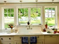 Оригинально смотрится модель раковины на кухне у окна. Такое расположение позволит во время работы наблюдать за гуляющими во дворе детьми