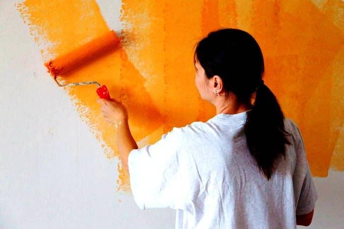 Для нанесения смеси стену можно оставить белой или выкрасить в тон будущего покрытия