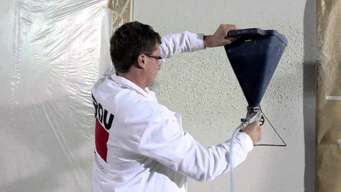 Легче наносить жидкие обои на потолок с помощью пульверизатора
