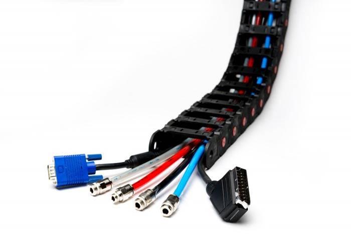 Гибкие изделия часто применяются в офисных помещениях, для проведения кабеля на сложных участках