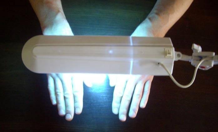 Применение специальной лампы для лечения кожного покрова