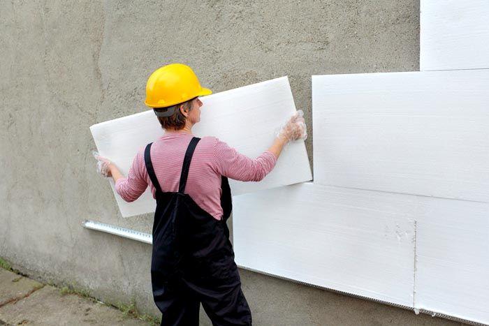 Пенопласт сначала приклеивается на наружную стену и только после высыхания крепится при помощи анкеров-«грибков»