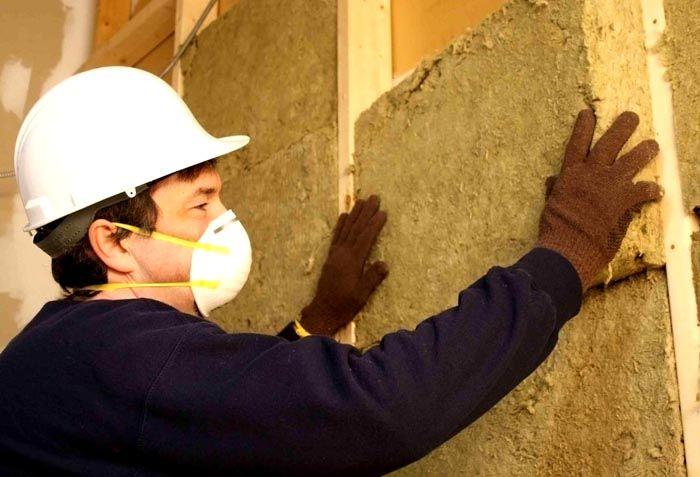 Утепляя стены минеральной или стекловатой лучше пользоваться респиратором