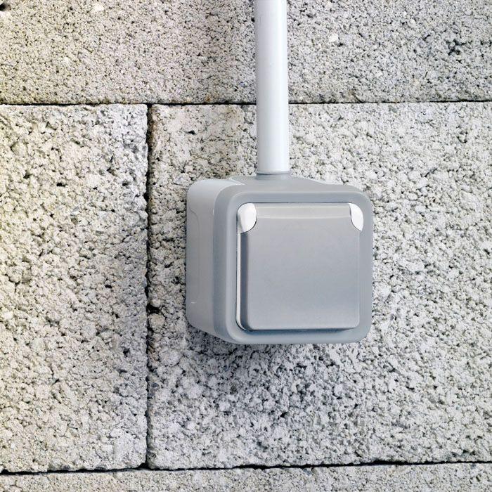 Выключатель в специальном исполнении выполняет свои функции надежно даже на открытом пространстве