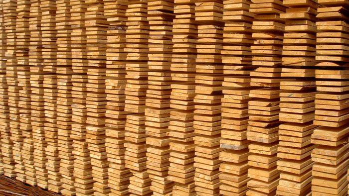 Если бы материал лежал вплотную, то объем можно было измерить рулеткой. Но тогда древесина быстро портится