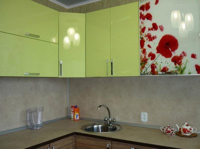 Даже самые простые панели при правильном монтаже станут надежной защитой для стенки возле рабочей поверхности