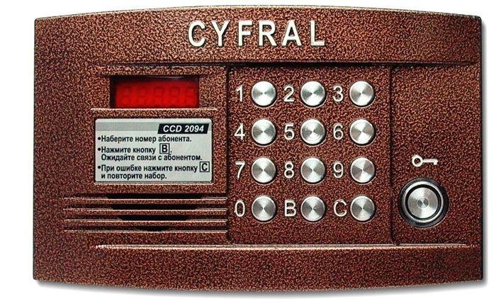 При изучении задачи, как открыть домофон Цифрал без ключа, надо обращать внимание на особенности разных моделей