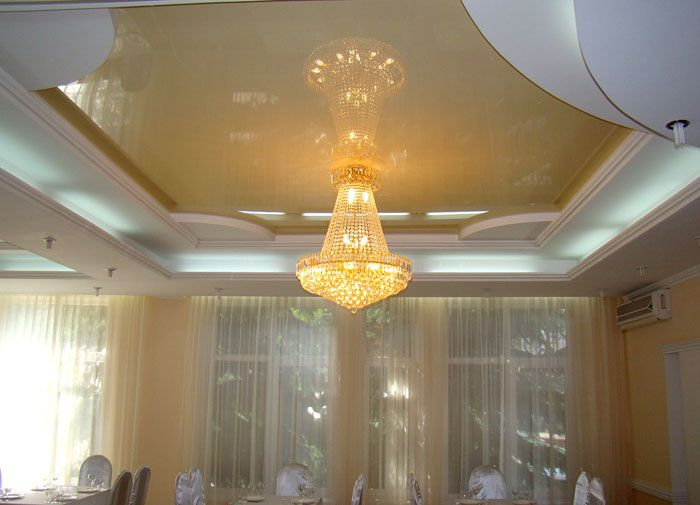 Зная, как закрепить люстру на натяжном потолке, не сложно обеспечить надежность даже при монтаже тяжелого изделия
