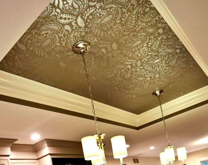 Вместо локального декора в месте фиксации можно использовать выразительный рисунок на крупном участке потолка