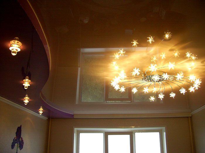 При необходимости люстру можно дополнить точечными светильниками