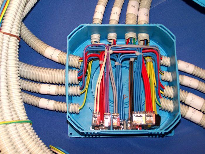 Небольшие устройства аккуратно помещаются в распределительной коробке