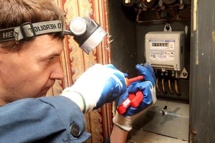 Установку счетчика учета электроэнергии может проводить только профессионал