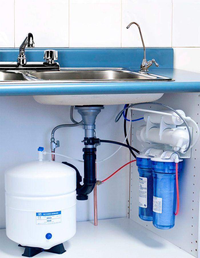 На многих современных кухнях есть эффективное оборудование для подготовки питьевой воды. Система обратного осмоса задержит соли кальция и магния, которые образуют белесый налет при работе ультразвуковых увлажнителей воздуха