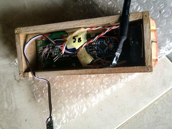 Деревянный корпус электронного термометра с выносным датчиком соответствует эстетике классической отделки. Он же обеспечивает хорошую электрическую изоляцию