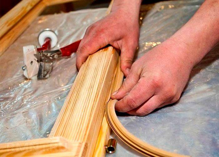 Установка уплотнительной ленты в деревянный паз