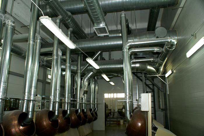 Здесь подача воздуха организована специально для правильного воспроизведения технологического процесса. Вытяжка размещена около потолка