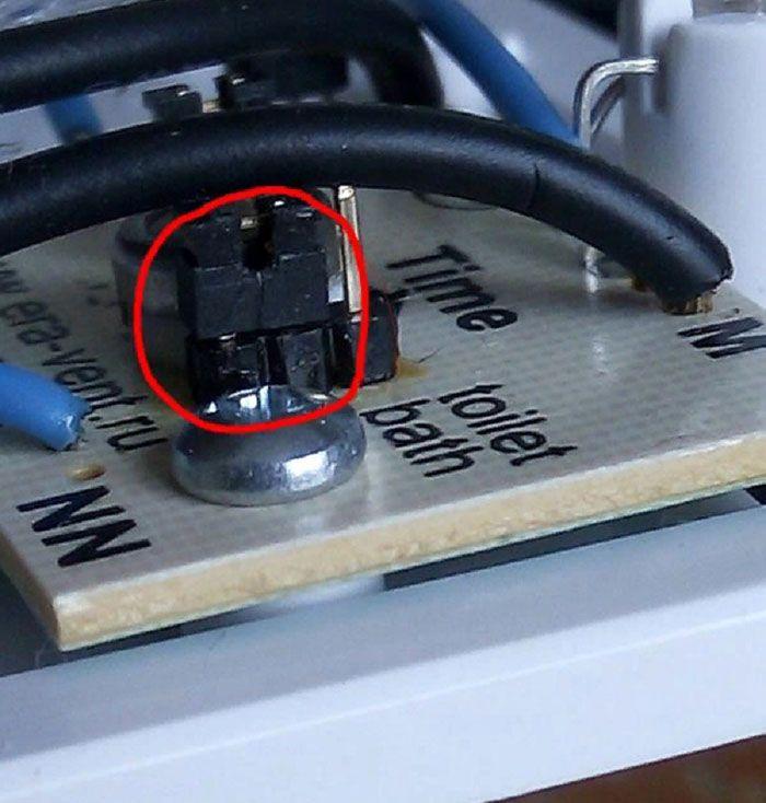 Вентилятор для вытяжки Era-4. Для включения режима «ванная»/ «туалет» необходимо установить эту колодку в соответствующее положение