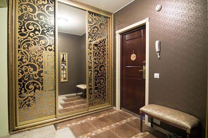Встроенные шкафы разной формы решат все проблемы, а если нет зеркала, то его можно повесить и на дверь шкафа