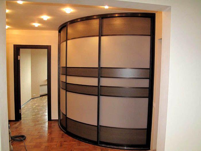 Радиусная конструкция стоит дороже, так как приходится применять сложные изогнутые двери и направляющие